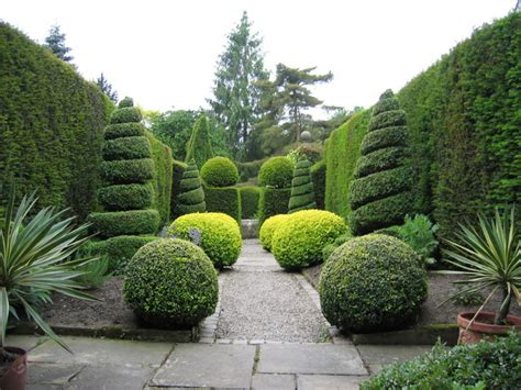 Topiary : Herb Garden, York Gate Garden © Chris Brierly Cc-by-sa/2.0