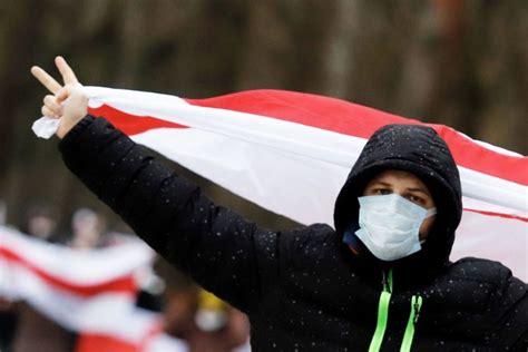 Protestējot pret Lukašenko, Minskā gaisā palaisti sarkani ...