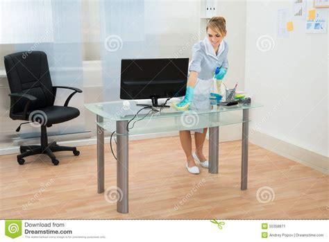 de nettoyage bureau bureau de nettoyage de domestique dans le bureau photo