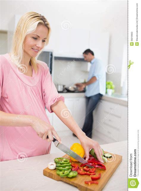 femme a la cuisine femme coupant des légumes avec l 39 homme faisant la