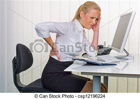 femme de bureau photo de douleur dos bureau femmes a femme à dos