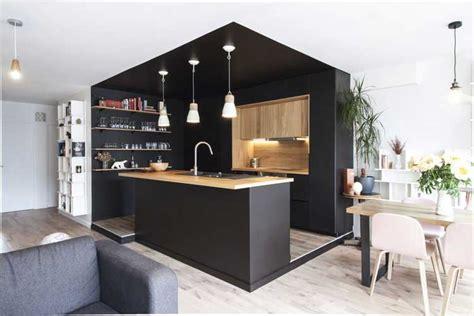 Une cuisine noire et bois au coeur du0026#39;une ru00e9novation