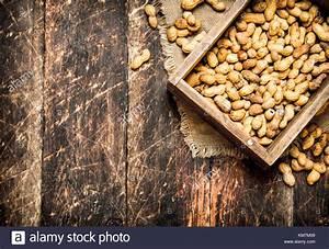 Bild Auf Holz : erdn sse in einer alten box auf holz hintergrund stockfoto bild 167355785 alamy ~ Frokenaadalensverden.com Haus und Dekorationen