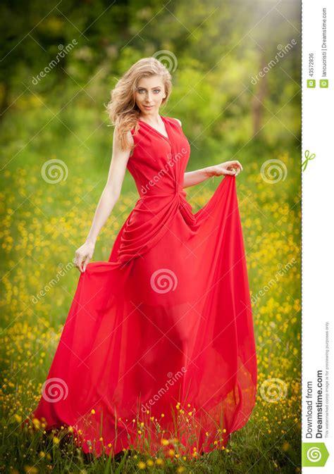 elegantes rotes kleid portr 228 t den jungen sch 246 nen blondinen die ein langes rotes elegantes kleid aufwirft in einer
