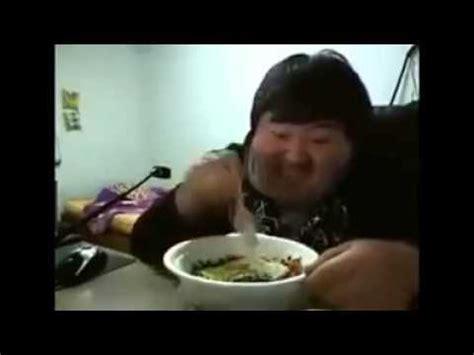 fetter mann freut sich ueber essen und lacht youtube