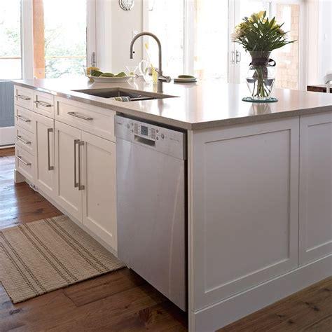 panneau armoire cuisine panneau fausse porte et coup de pied à côté du lave