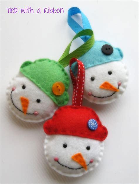 holiday crafts making felt christmas decorations