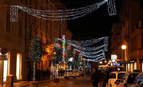 illuminazione natalizia a rischio le di natale nel centro di viareggio