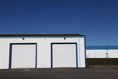 carport aus rundstämmen aufbau flachdach garage freistehende flachdach garage dachaufbau flachdach trapezblech nabcd