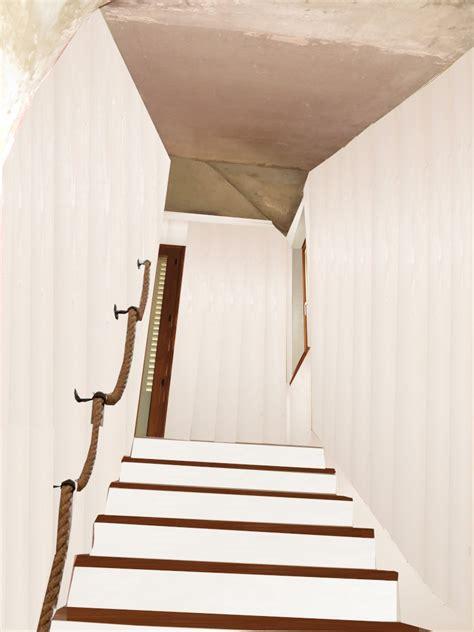 escalier en cours de relooking lambris naturel clair