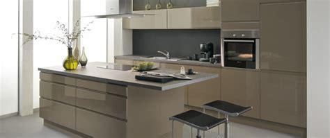 cuisine beige et gris cuisine équipée avior gris beige idée de décoration aviva