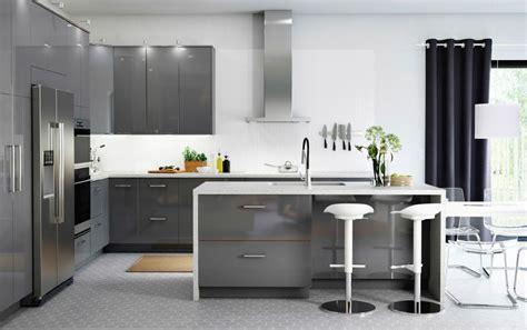 una gran cocina  cajones de alto brillo de color gris