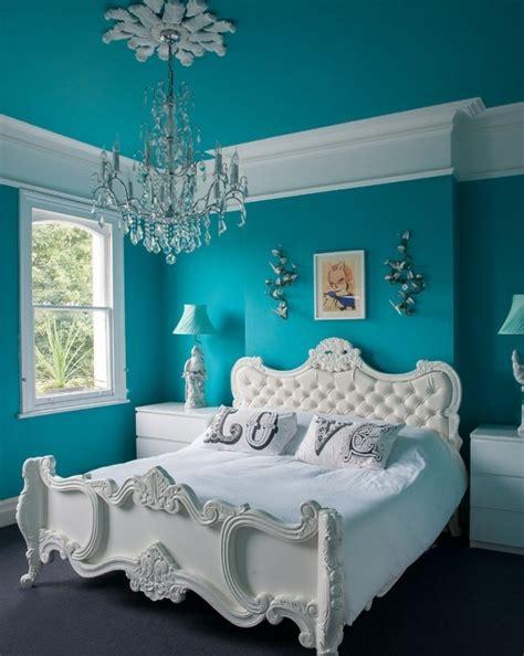 chambre bleu blanc 1001 idées pour une chambre bleu canard pétrole et paon