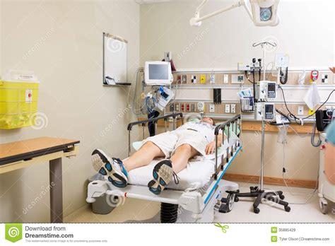 hopital chambre patient se trouvant sur le lit dans la chambre d 39 hôpital