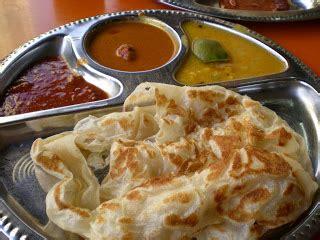 这道菜源自印度南部。 它是用面粉做成的。 有些印度煎饼里面放了鸡蛋、香蕉、奶酪和其他的馅料配着吃。 它有时在印度煎饼上会放一勺雪糕。 它通常是配咖喱一起吃的,但有些人比较喜欢配白糖一起吃。 印度煎饼 Roti Canai - 美食攻略 - 热辣网