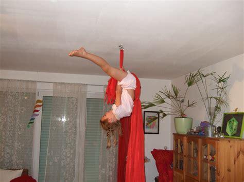 tuchakrobatik fuer kinder sport zirkus akrobatik