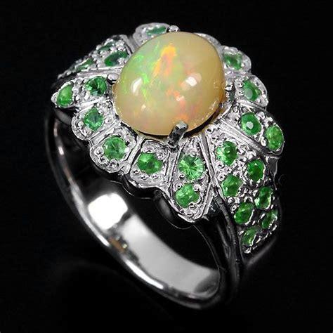 แหวนพลอยโอปอลหลากสีประดับด้วยซาโวไรท์สีเขียว - พลอย แหวน ...