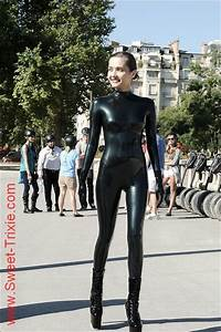 Verpackt In Latex : sweet trixie wearing latex in public fun suits in 2019 latex catsuit tights ~ Watch28wear.com Haus und Dekorationen