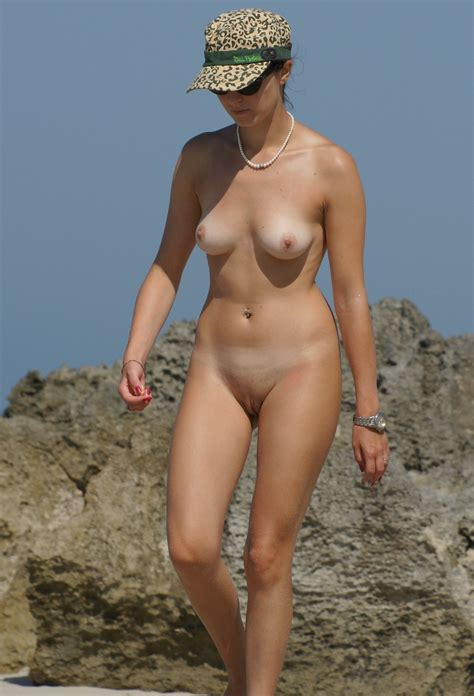 Voyeur Catches This Nude Beauty At The Beach Nudeshots