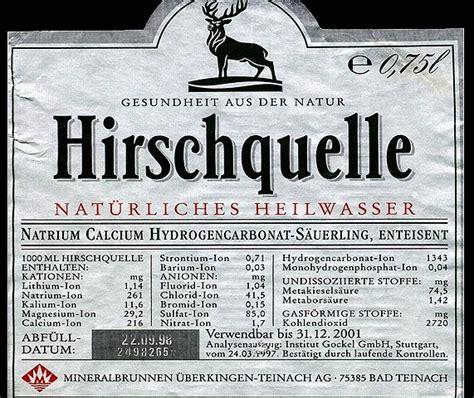 etiketten verschiedener mineralwasserflaschen
