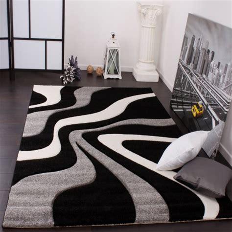 tapis de createur aux contours decoupes motif vagues en