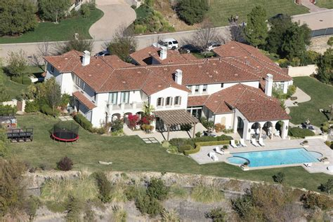 maison de justin bieber cele bitchy justin bieber s house raided by cops for eggs they found drugs instead