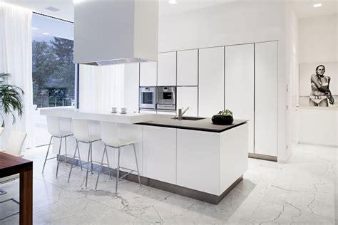 cuisine sol blanc carrelage et sol en marbre comme accent de l intérieur