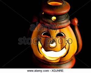 Laterne Kerze Draußen : laterne mit brennender kerze in der dunkelheit stockfoto ~ Watch28wear.com Haus und Dekorationen