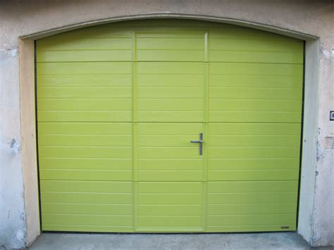 porte de garage avec portillon porte de garage sectionnelle avec portillon couleur hors standard alu vigouroux
