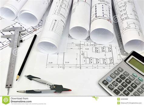 outils de bureau dessins de rouleaux et outils de l 39 architecte photo stock
