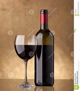 Customiser Une Bouteille De Vin : une bouteille de vin rouge et remplie une glace de vin ~ Zukunftsfamilie.com Idées de Décoration