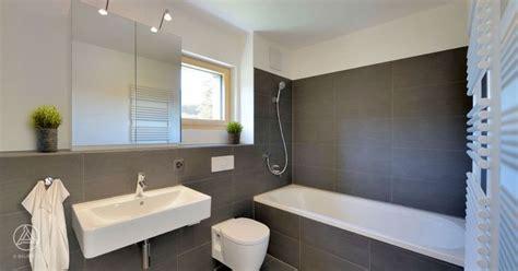 Moderne Badezimmer Spiegelschränke by Mehrfamilienhaus Badezimmer Graue Fliesen Badewanne