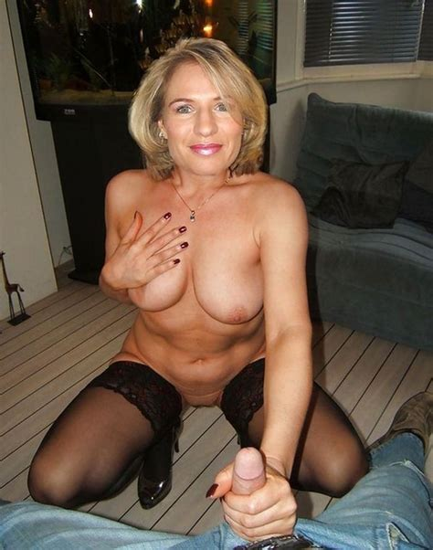 Hot Amateur Milf Gives Handjob Flipmeme