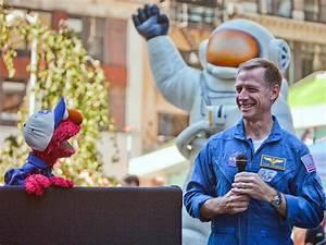 Universo: Elmo and STS-135 Commander Chris Ferguson