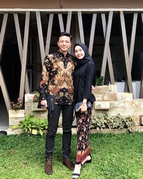 Pilih kebaya kutu baru dan kemeja batik hitam kombinasi cokelat. 8 Inspirasi Kebaya Couple dengan Hijab Buat Kondangan