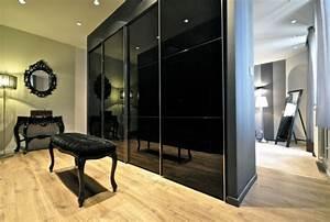 Banc Pour Dressing : meuble noir et accents en noir et jaune dans un appartement ~ Teatrodelosmanantiales.com Idées de Décoration