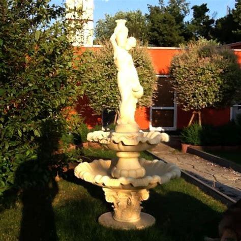 gartendekoration frauen springbrunnen mit wassaertr 228 gerin gartenbrunnen