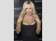 Jenny McCarthy cuts a sexy figure in cleavagepopping