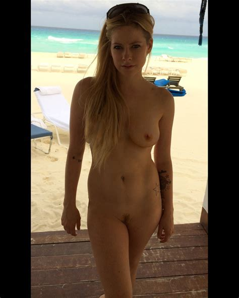 Avril Lavigne Topless Thefappening