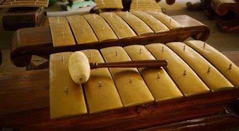 Tidak seperti namanya, recorder bukanlah alat untuk merekam suara melainkan sebuah alat musik melodis yang bentuknya hampir menyerupai suling dan dimainkan dengan cara ditiup pada salah satu ujung bagian tiupnya. 61 Gambar Alat Musik Elektrofon Beserta Namanya - Infobaru