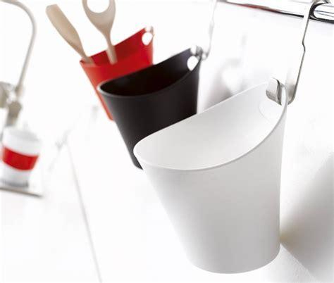 Pot en plastique avec une accroche prévue pour le
