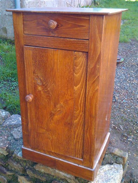 repeindre une table de cuisine en bois ancienne table de chevet transformée en petit meuble télé