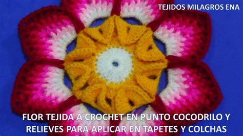 flor tejida a crochet en punto cocodrilo y relieves aplicar en tapetes y colchas paso a