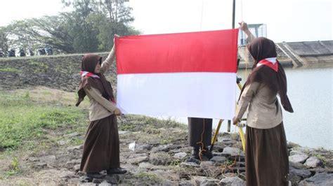 petani desa  adakan upacara hut ri  tepi waduk