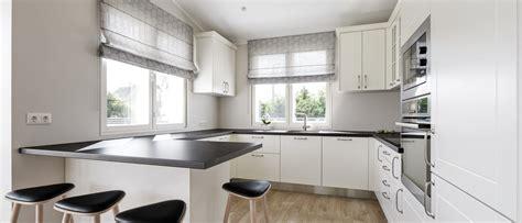 Gaišā skandināvu stila virtuve ar melnbaltiem elementiem ...