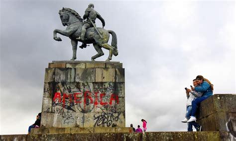 Estatua de bolivar sobre un caballo. In Colombia gli indigeni Misak abbattono la statua di ...