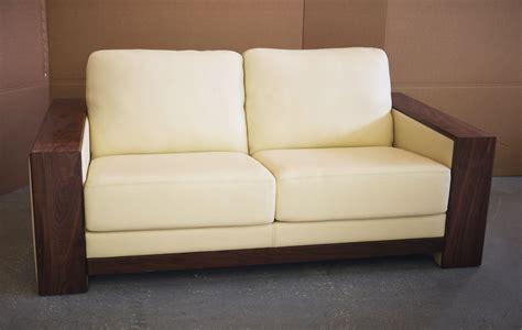 recouvrir un canapé en tissu canape avec accoudoirs en bois