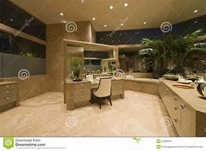 Coiffeuse Salle De Bain : coiffeuse dans la salle de bains spacieuse photographie ~ Teatrodelosmanantiales.com Idées de Décoration