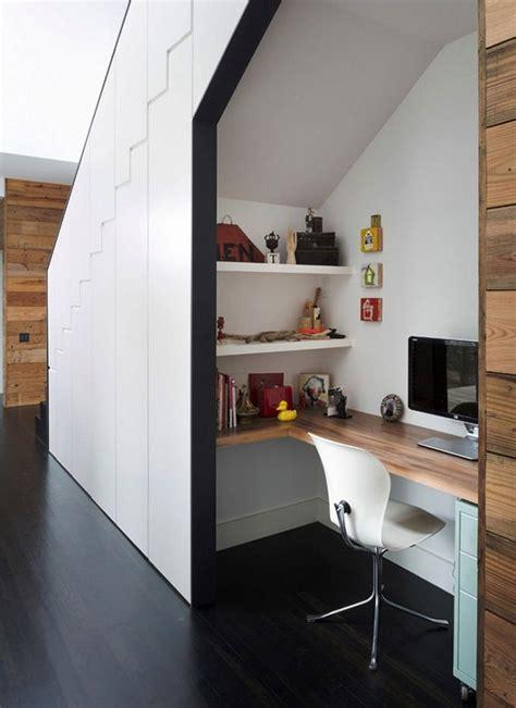 pipe sous le bureau les 25 meilleures idées concernant bureau sous un escalier
