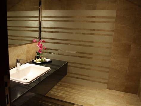 Ihr Ferien-hotel Intercityhotel Salalah Buchen Badezimmer Waschbeckenunterschrank Aufteilung Stauraum Bambusmatte Plissee Tolle Regal Für Fliesen